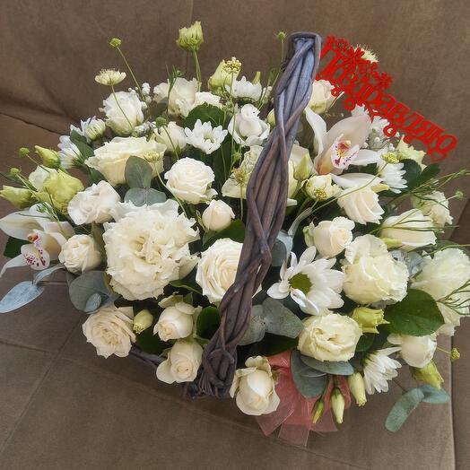 Корзина с цветами белая