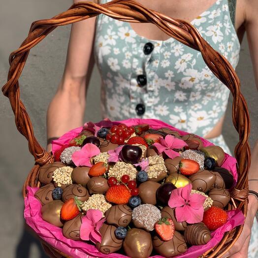 Корзина с клубникой в шоколаде