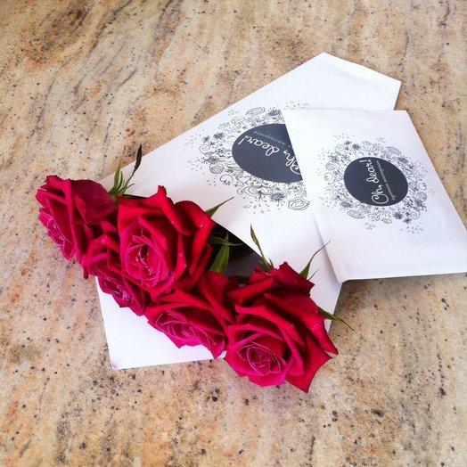 5 красных роз в конверте: букеты цветов на заказ Flowwow