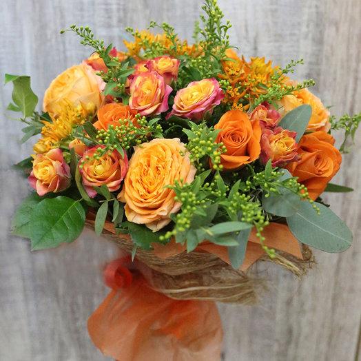 Ярко-оранжевый букет с кустовыми розами: букеты цветов на заказ Flowwow