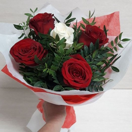 5 roses with herbs in a package