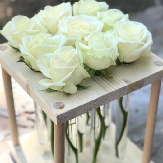 9 Белых роз в деревянном боксе с пробирками: букеты цветов на заказ Flowwow