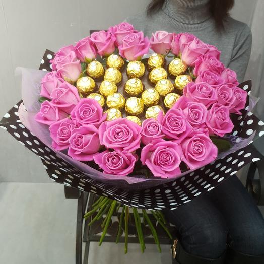 Стильный букет из малиновых роз и конфет Ферреро Роше