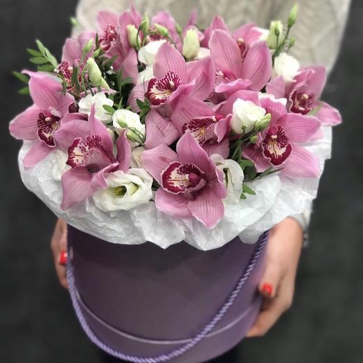 Шляпная Коробка с орхидеями и эустомой: букеты цветов на заказ Flowwow