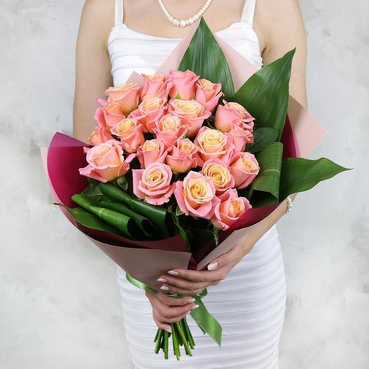 Букет из 21 коралловых роз и аспидистры: букеты цветов на заказ Flowwow
