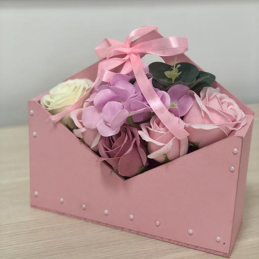Композиция из мыльных роз в кашпо конверте розовом: букеты цветов на заказ Flowwow