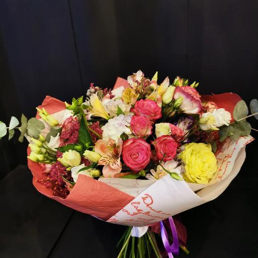Разнообразие в букете, розы, альстромерия, лизиантус, георгин: букеты цветов на заказ Flowwow