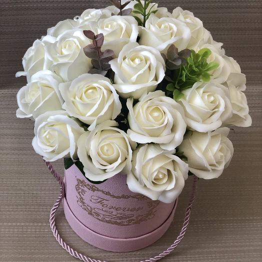 Кремовые розы в розовой шляпной коробке с золотым тиснением