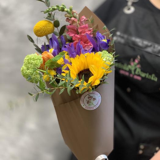Весенне-летний букет с подсолнухом, ирисами и леовинбеком: букеты цветов на заказ Flowwow