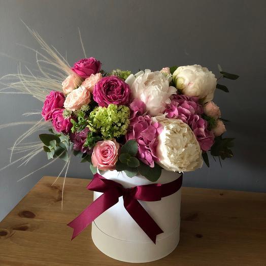 Композиция в шляпной коробке с пионами: букеты цветов на заказ Flowwow