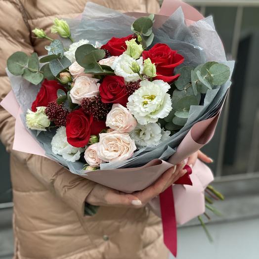 Букет из одноголовой и кустовой розы, эустомы, скиммии и эвкалипта Цветочный бал