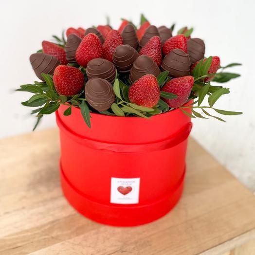 Шляпная коробка с клубникой в шоколаде