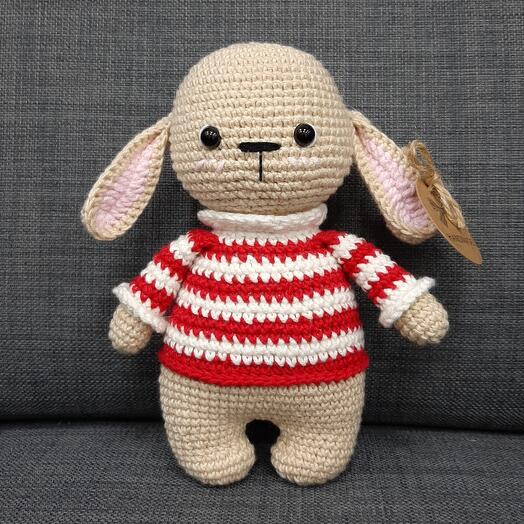 Зайка в полосатой свитере