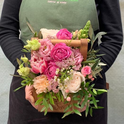 Композиция с кустовыми пионовидными розами , леовенбеком и озатамнусом
