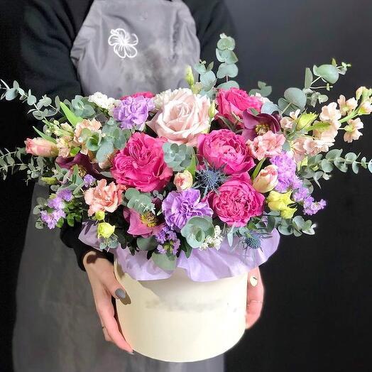 Коробка с розами и матиолой