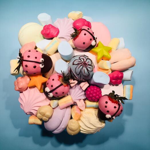Коробка со сладостями и клубникой «Чудо»
