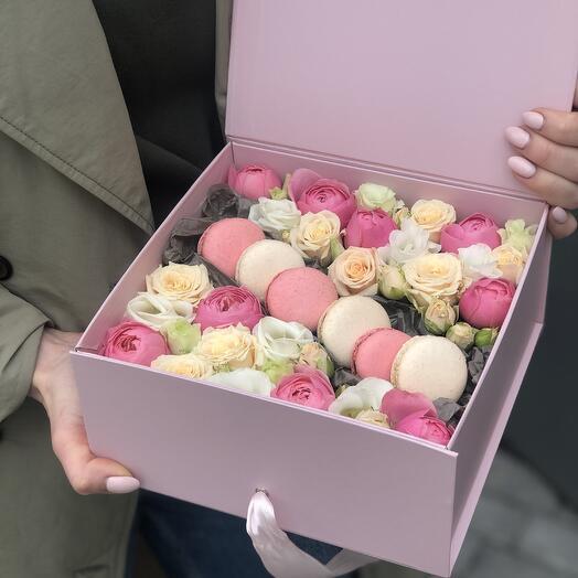 Коробка Вдохновение с кустовыми розами, эустомой и macarons