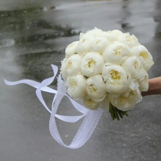 Букет невесты из ароматных белых пионов