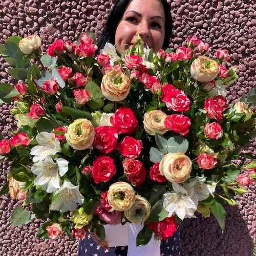 Композиция из пионовидных и кустовых ярких роз