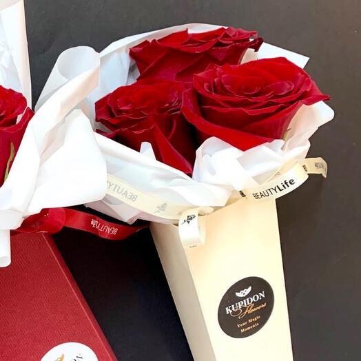 Кремовый конус с красными розами