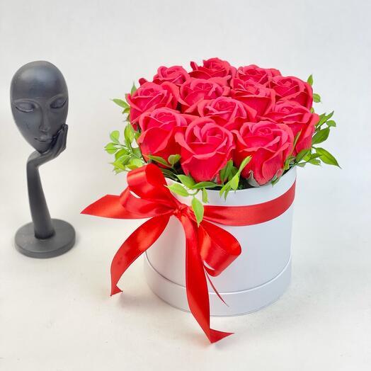 Красные мыльные розы в большой коробке