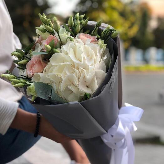 Букет с гортензией, эустомой и розой