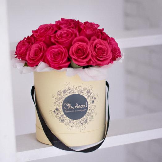 Букет в коробке из малиновых роз Lai a: букеты цветов на заказ Flowwow
