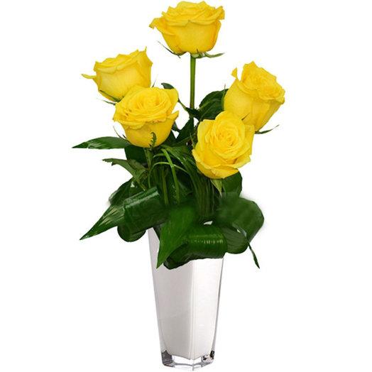 Оригинальный букет из 5 желтых роз с зеленью
