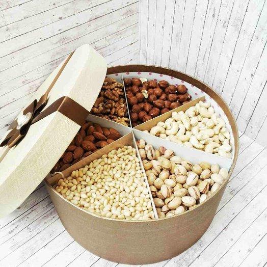 Коробочка с орехами
