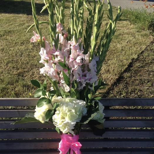 Гладиолусы в букете: букеты цветов на заказ Flowwow