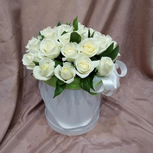Коробка из 25 белых роз: букеты цветов на заказ Flowwow