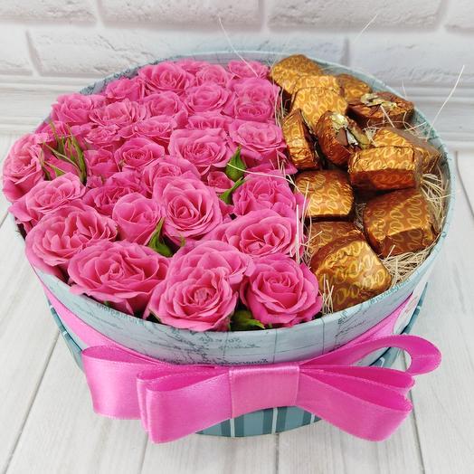 Кустовые розы с конфетами в коробочке: букеты цветов на заказ Flowwow