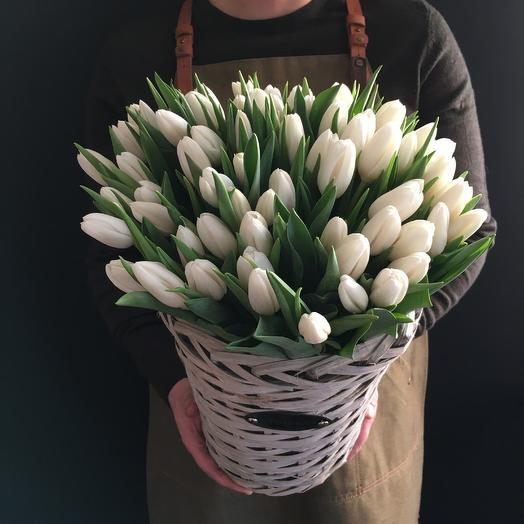 Белые тюльпаны  в корзине 🌿: букеты цветов на заказ Flowwow