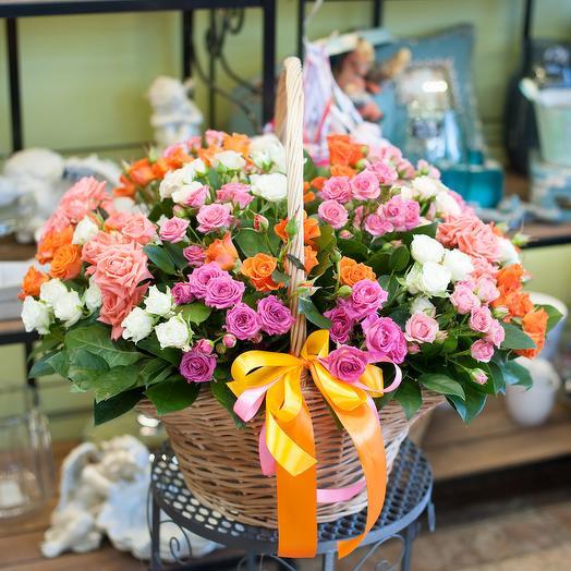 Корзина из кустовых роз (29 роз): букеты цветов на заказ Flowwow