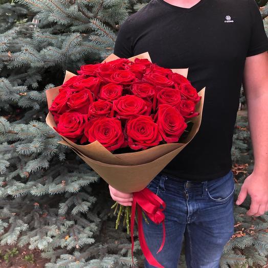 25 красных роз в оформлении
