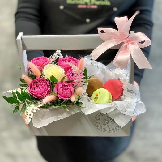 Композиция с пионовидной розой и французскими макарунами