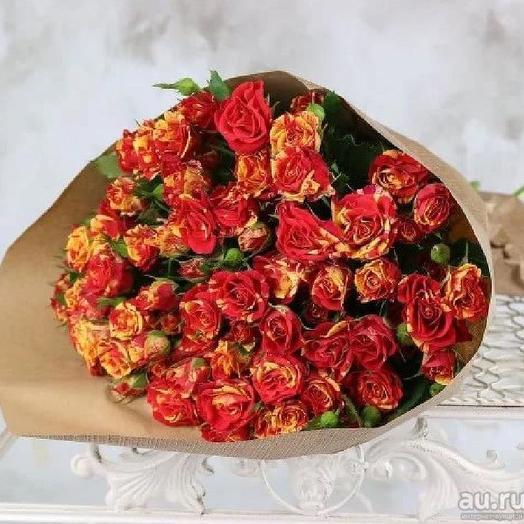 букет огненно рыжий из кустовой розы в крафте