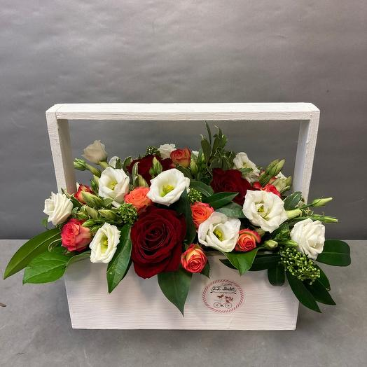 Ящик с красной розой