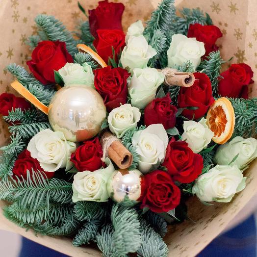 Букет из 25 красных и белых роз (Кения) 40 см Standart с елью, корицей и апельсином в крафте