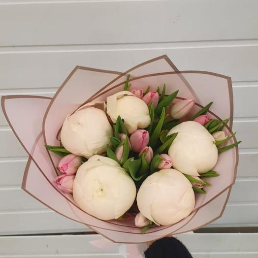 Букет из пионов и розовых тюльпанов