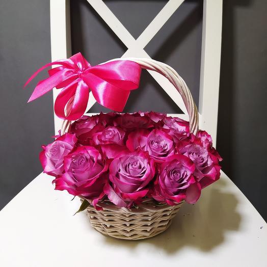 15 роз Дип перпл в корзине