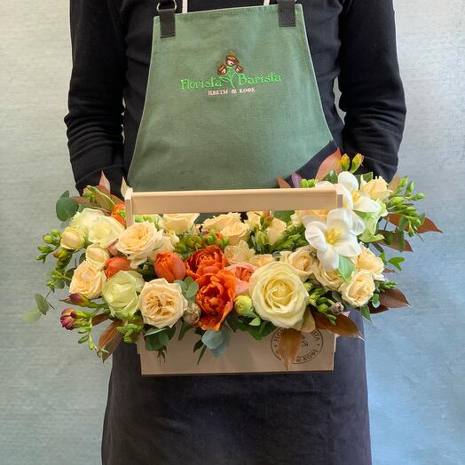 Композиция в деревянном ящичке с розами и яркими тюпанами