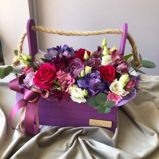 Фиолетовые цветы в ящике