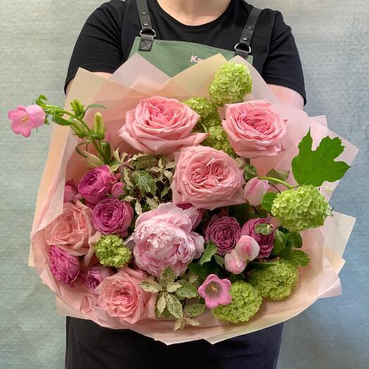 Нежный букет с пионом и пионовидными розами