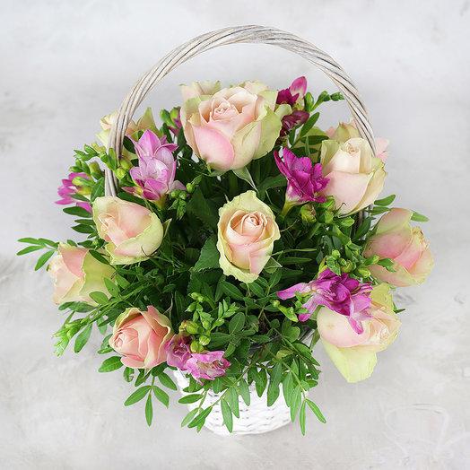 15 зелено-розовых роз фрезии и листьев фисташки в корзине