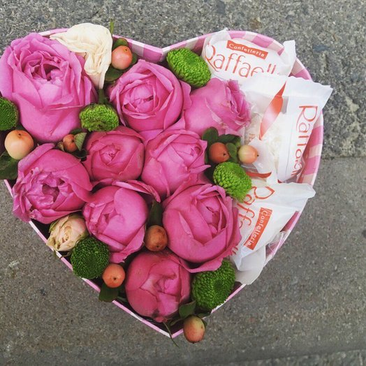 Малое сердце с кустовой розой и рафаэло: букеты цветов на заказ Flowwow