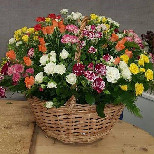 Корзина с кустовыми розами: букеты цветов на заказ Flowwow