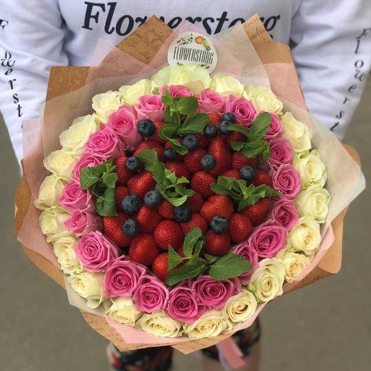 Белые розы. Розовые розы. Клубника. Голубика.  Мята. N197: букеты цветов на заказ Flowwow
