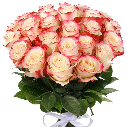 Букет из 25 бело-красных эквадорских роз: букеты цветов на заказ Flowwow