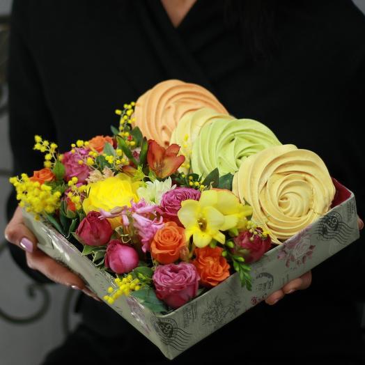 Композиция из роз, фрезии и мимозы с безе